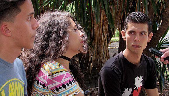Evelyn Bestard (al centro) acostumbra a cantarles a sus seguidores. Foto: Cinthya García Casañas/ Cubadebate.