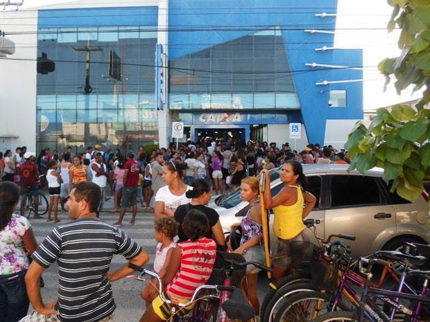 Agência da Caixa Econômica em Parnamirim ficou lotada neste domingo (19) (Foto: Arthur Barbalho/G1)