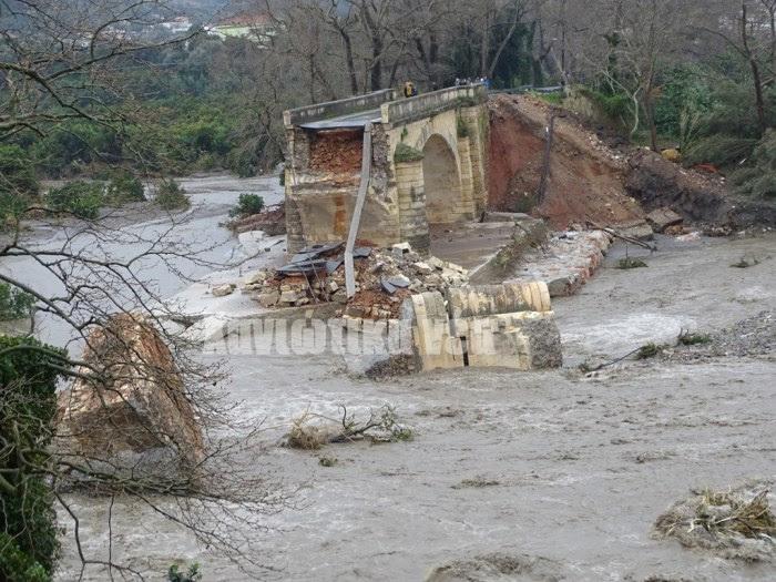 Στον Αλικιανό: Η ιστορική πέτρινη γέφυρα που κτίσθηκε επί Κρητικής πολιτείας κατέρρευσε. Το Υπουργείο Υποδομών υποσχέθηκε την αποκατάστασή της όπως γίνεται με το γεφύρι της Πλάκας στην Αρτα. Μένει να δούμε τι θα υλοποιηθεί...