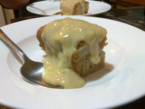 apple cinamon cake with custard