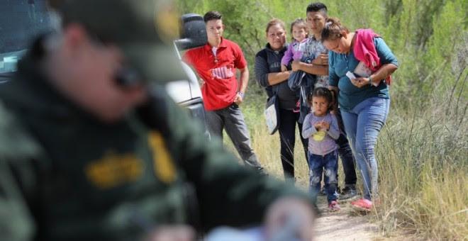 Los solicitantes de asilo centroamericanos esperan la decisión de los agentes de la Patrulla Fronteriza de los Estados Unidos/AFP