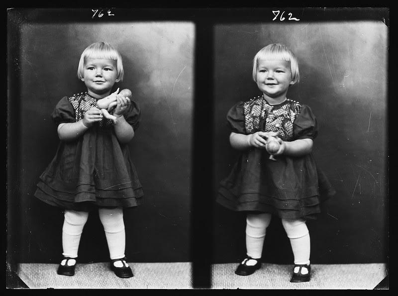 To portretter av jente med dukke