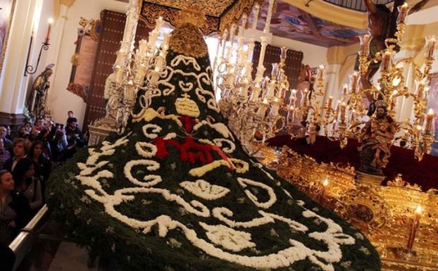 Imagen de archivo del manto de flores de la Virgen de las Penas. /SUR