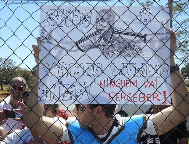 Torcedor leva cartaz com desenho de Elias (Foto: Cahê Mota)