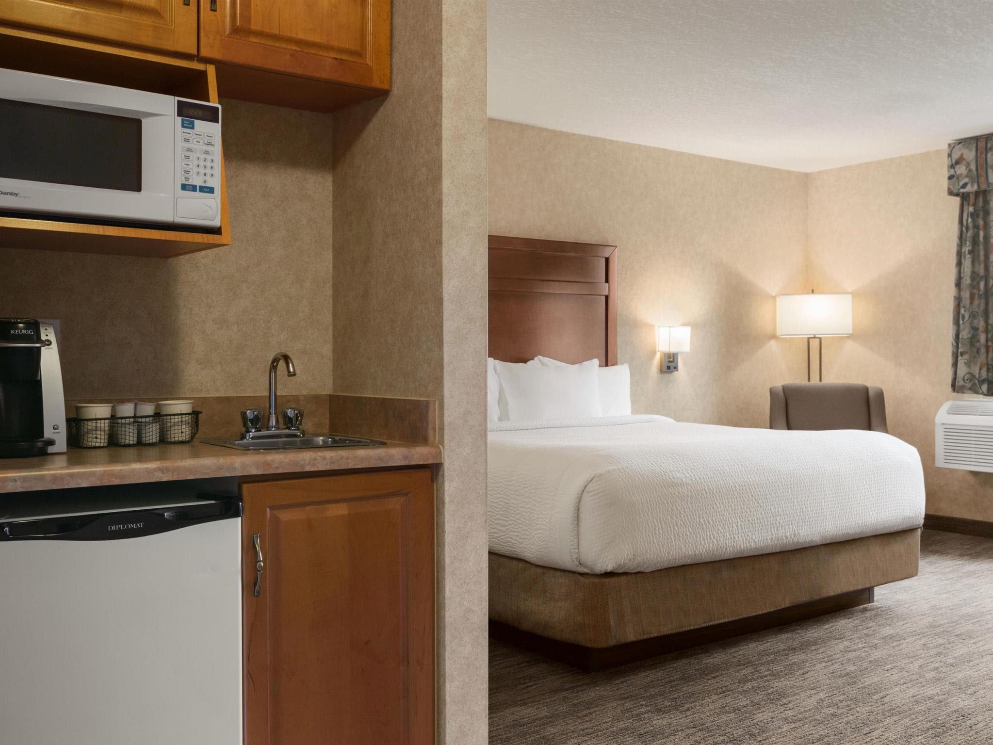 Price Days Inn & Suites by Wyndham Brooks