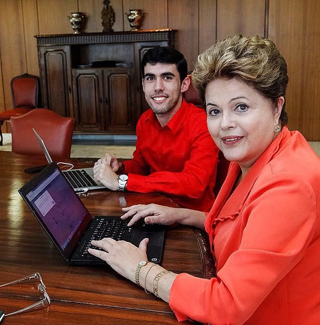 Dilma Bolada, a famosa personagem fictícia da presidente da República (à esq.), conversa a verdadeira Dilma