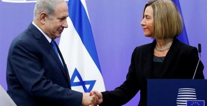 El primer ministro israelí, Benjamín Netanyahu, estrecha la mano de la jefa de política exterior de la UE, Federica Mogherini, en Bruselas. / Reuters