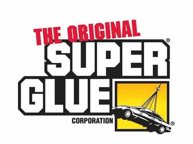 Super Glue fue descubierto por primera vez en 1942, cuando un equipo de científicos, que estaban buscando materiales para hacer vistas de arma de plástico transparente para la guerra, se encontró con un material que se pegó a cualquier otro material que contactó. Investigadores estadounidenses rechazaron cianoacrilatos (el nombre químico para el pegamento) porque era demasiado pegajosa. Pero en 1951, que fueron redescubiertas por investigadores de Eastman Kodak. Super Glue comenzó a ser vendido como un producto comercial en 1958.