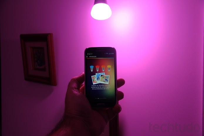 Configuração das lâmpadas LEDs é bem simples (Foto: Rodrigo Bastos/TechTudo)