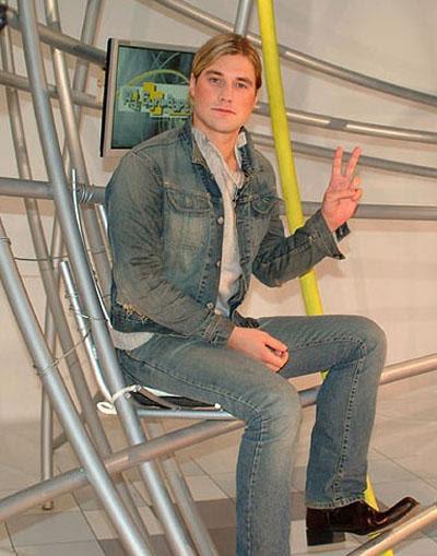 Леонид Нерушенко (4 декабря 1977 - 3 сентября 2005) 27-летний экс-участник группы «Динамит» разбился насмерть на мотоцикле после ужина с семьей - авария произошла на Садовом кольце. Леонид был без шлема, смерть наступила мгновенно.