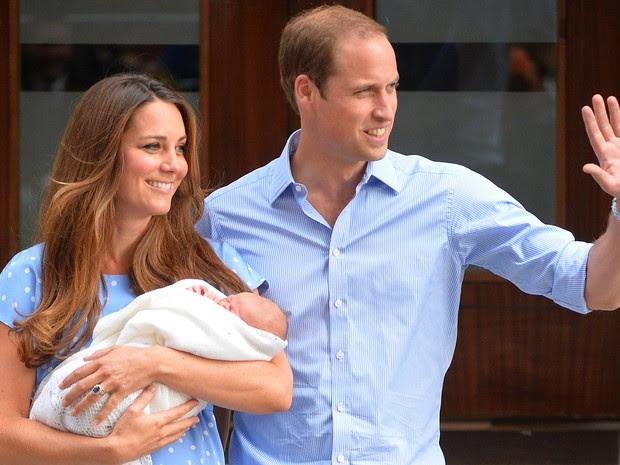 23/7 - William acena para a imprensa que aguardava a aparição do seu filho (Foto: Leon Neal/AFP)