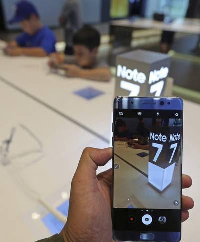 """Samsung anunció el 2 de septiembre, en Seúl, que llamará a revisión en todo el mundo su teléfono inteligente """"phablet"""" Galaxy Note 7, después de que varios usuarios denunciaran que sus dispositivos se habían quemado durante la carga. (Foto: EFE)"""