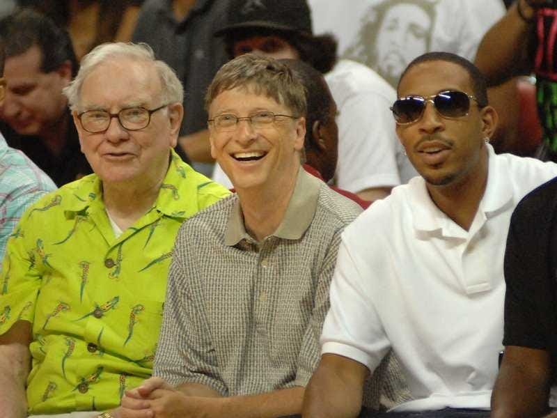 Ông đếm đầu tư huyền thoại Warren Buffett giữa những người bạn thân thiết của mình. Khi Gates muốn đề xuất với Melinda trong đầu những năm 1990, Buffett đã giúp các cặp vợ chồng chọn ra một chiếc nhẫn. Họ đã thực hiện nhiều chuyến đi với nhau, và thậm chí còn thi đấu cầu và bóng bàn các giải đấu. Gates ngồi trên diễn đàn của Berkshire Hathaway, công ty đầu tư của Buffett, và Buffett đã quyên góp hàng tỷ cho Bill & Melinda Gates Foundation. Ở đây họ tham dự một trò chơi bóng rổ với rapper Ludacris.