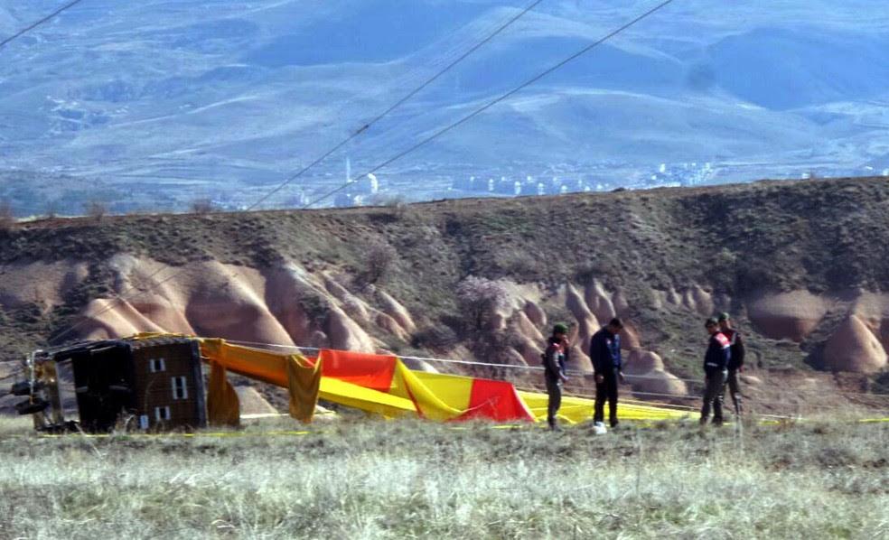 Integrantes da segurança investigam as causas de um acidente envolvendo um balão na região turística turca da Capadócia neste domingo (9)  (Foto: DHA-Depo Photo via AP)