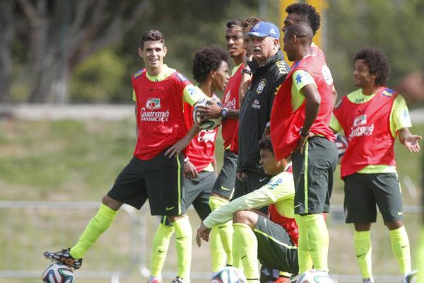 Durante o treinamento na Granja Comary, Felipão testou as opções de jogadores
