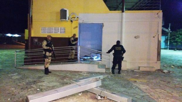Alvo dos criminosos foi a agência do Banco do Brasil. Prédio ficou parcialmente destruído com a força da explosão.  (Foto: Divulgação/PM)