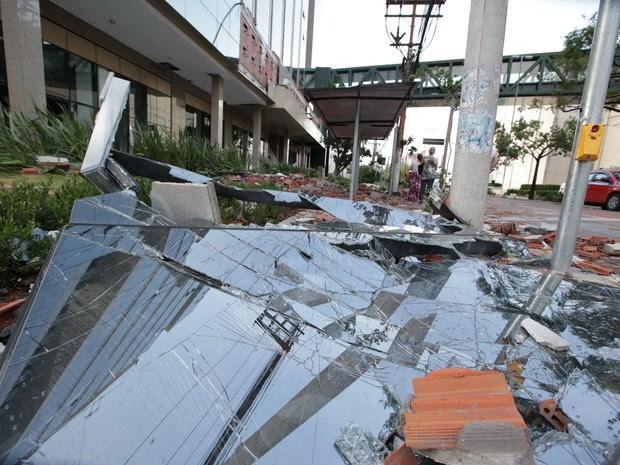 Telhado do shopping Praia de Belas desabou deixando feridos  (Foto: Jefferson Botega / Agência RBS)