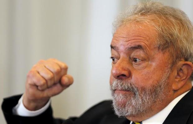O ex-presidente Luiz Inácio Lula da Silva durante coletiva para defender Dilma Rousseff a jornalistas estrangeiros (Foto: Paulo Whitaker/Reuters)