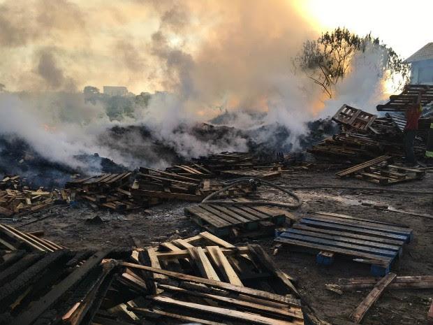 Incêndio atingiu área de dois mil metros quadrados (Foto: Divulgação/Corpo de Bombeiros)