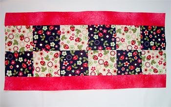 Costure duas tiras de tecido liso no comprimento das bordas
