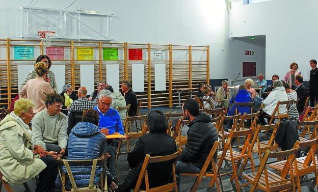 Grupos de debate. Asistentes a la reunión presencial celebrada el lunes en el colegio Lekaenea.