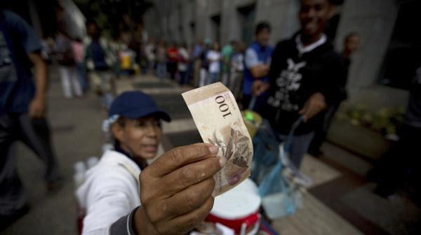 Las autoridades venezolanas estiman que se han sacado del país más de 300.000 millones de bolívares en billetes de 100 (AP)