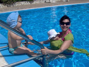Με τα μωρά μου στην πισίνα! Η Ρέα είναι σε μάρσιπο αγκαλιάς ώστε να μπορώ να κυνηγάω το Βασίλη!