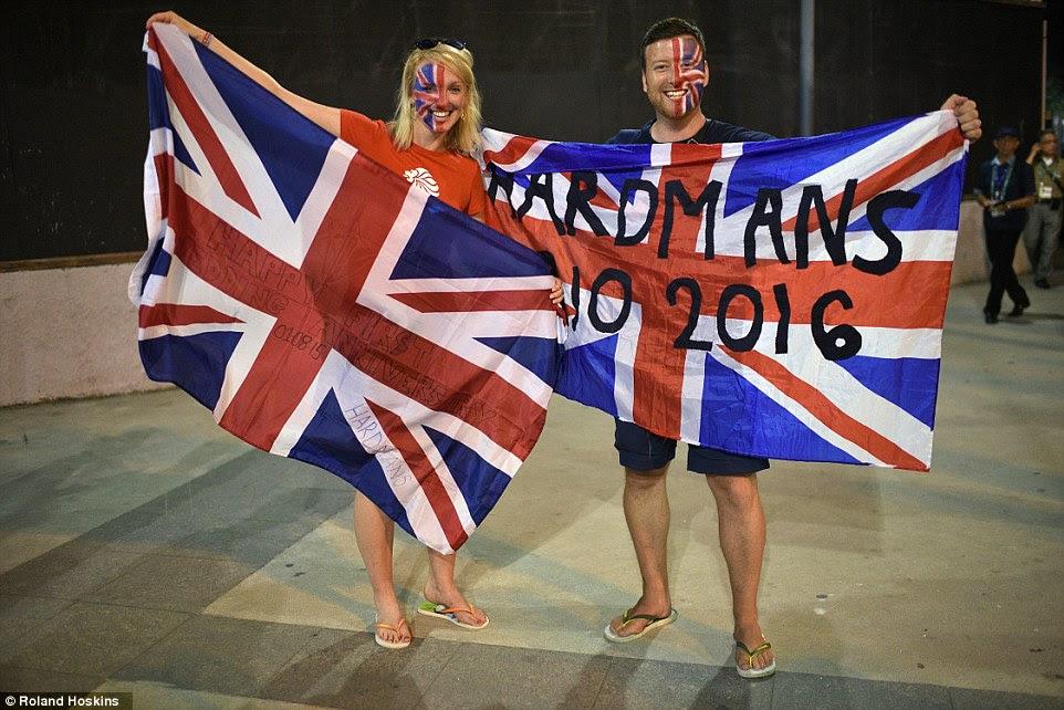 O casal, ambos os professores, 31, pintou a bandeira britânica em seus rostos e levaram bandeiras que também comemorou seu aniversário