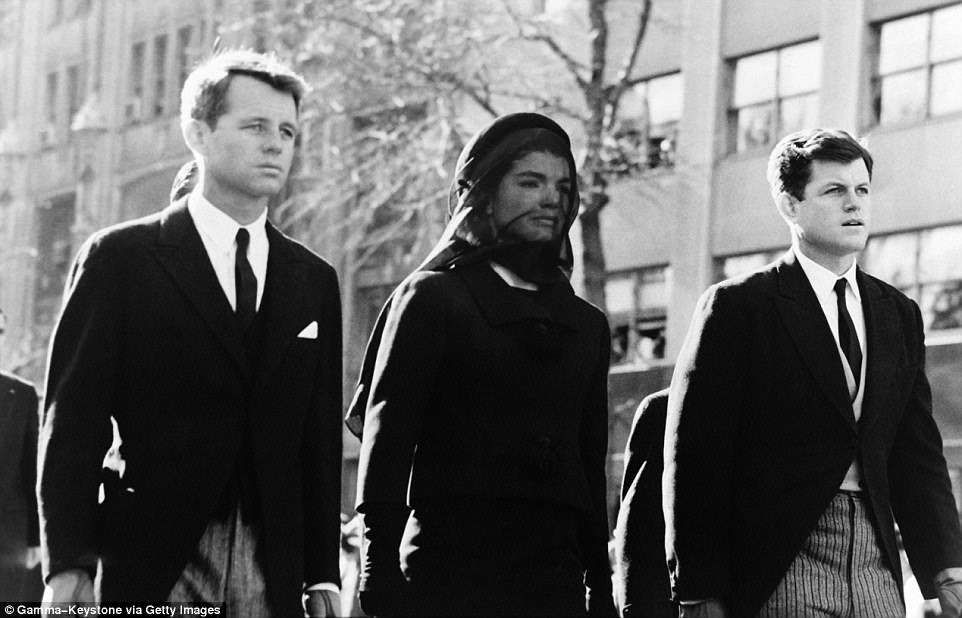 Bi kịch: Sau khi Tổng thống John F. Kennedy bị ám sát vào năm 1963, Đệ nhất phu nhân Jackie Kennedy (ở trên tang lễ) đã thuê một trong những ngôi nhà trong khi anh rể Robert F. Kennedy thuê một khu đất gần đó
