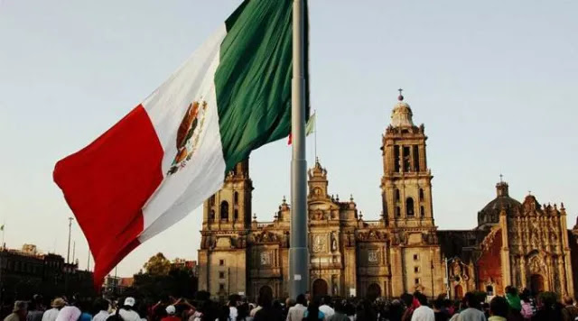 Mexican flag in front of the Mexican cathedral. Credit: Flickr LWYang (CC BY 2.0).