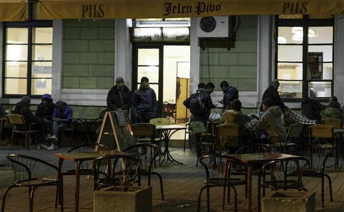 El Bar Suri es uno de los establecimientos en los que los migrantes varados en Belgrado se refugian del frío.