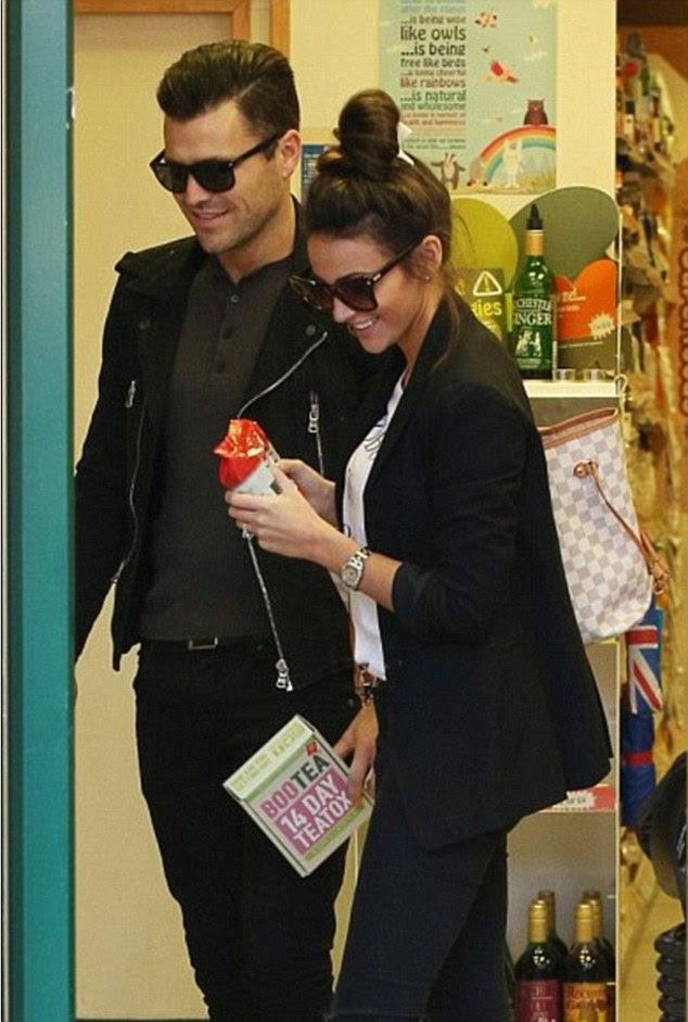 Mark Wright e Michelle Keegan foram vistos comprando Bootea na Holland & Barrett em Loughton, Essex
