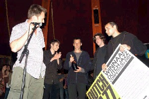 Stefan Kruger reikt prijs uit aan winnende As Guests Quartet