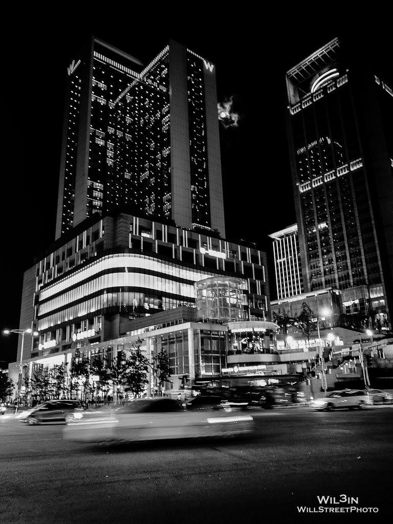 迷濛的城市與不變的月光