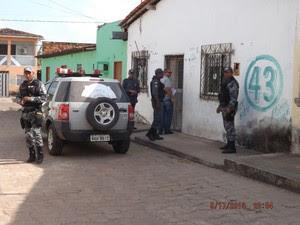 Policiais na porta da casa do ex-secretário de Administração, Plácido Holanda (Foto: Divulgação/Ascom)