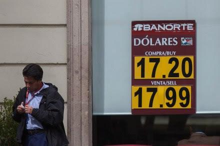 El precio del dólar en una sucursal bancaria de la Ciudad de México. Foto: Octavio Gómez
