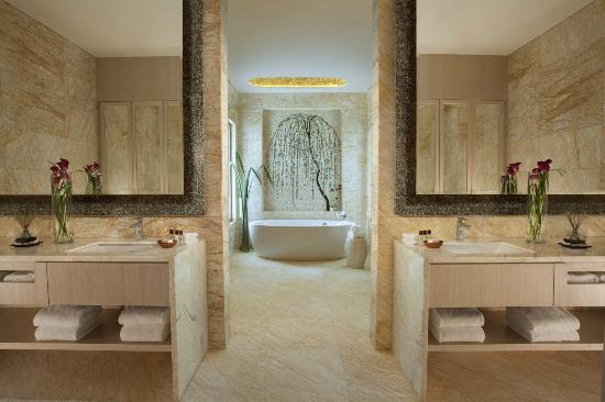 The Palace Master Bedroom Bathroom - Picture of Resort World ...