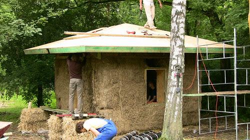Skończony prawie domek ze straw bale