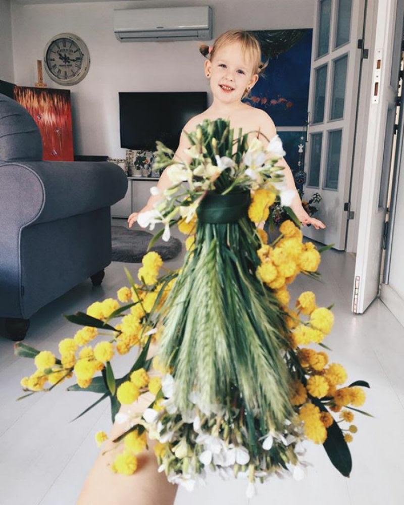Mãe veste a filha com flores e comida usando a perspectiva forçada e conquista a internet 24