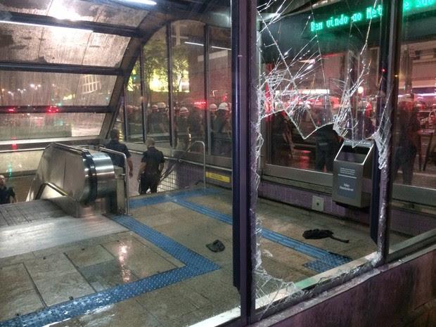 Vidro quebrado da Estação Consolação do Metrô na noite desta quinta-feira (Foto: Glauco Araújo/G1)