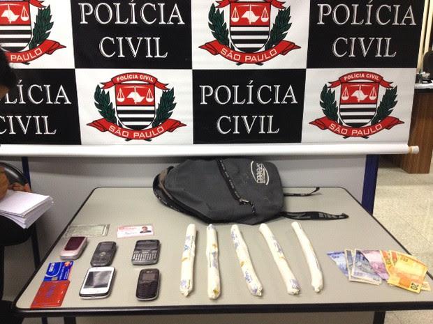 Material apreendido pela Polícia em São José dos Campos. (Foto: Pedro Melo/TV Vanguarda)