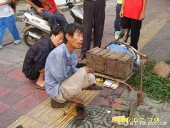 foot-tire01 Handless Man Uses Feet to Repair Tires picture