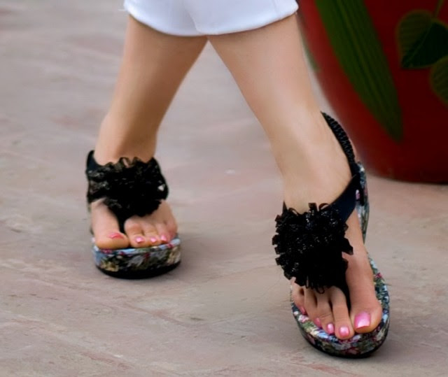 Girls-Womens-Beautiful-Casual-Eid-Flat-Footwear-Collection-2013-by-Metro-Shoes-1