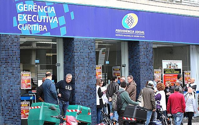 Movimentação na sede do INSS no centro de Curitiba; servidores do Paraná iniciam greve por tempo indeterminado