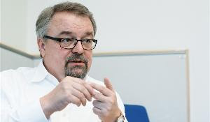 Foto: primer plano del eurodiputado durante la entrevista