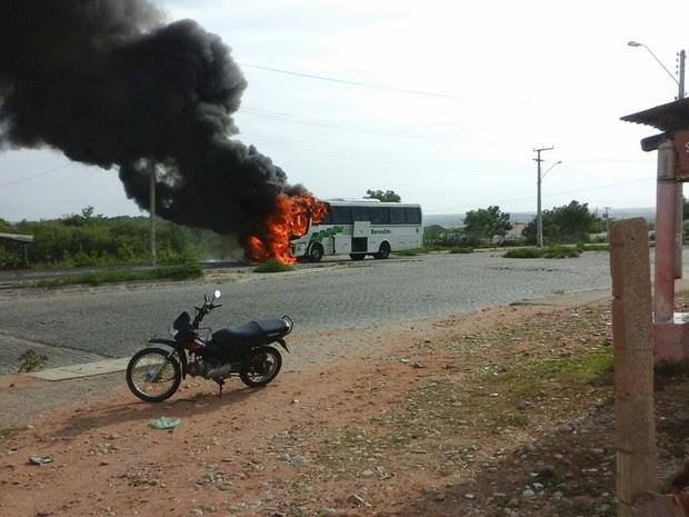 Ônibus é destruído após pegar fogo em Jaguaribara, no Ceará  (Foto: Arquivo Pessoal)