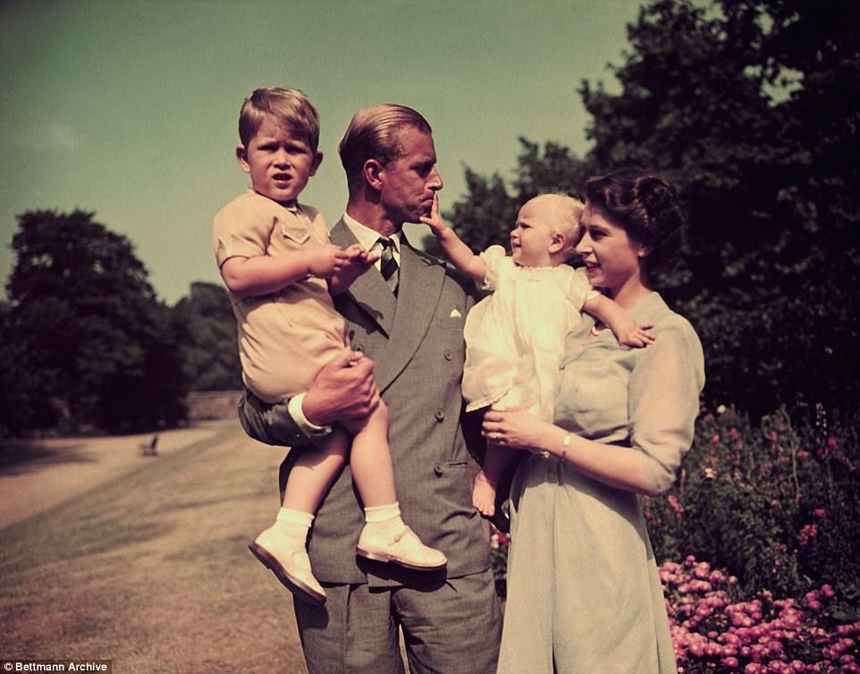 O casal (retratado com crianças Prince Charles e Princess Anne) já tem cinco bisnetos e receberá o sexto ano seguinte
