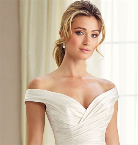 Bridal Hairstyles That Suit Every Wedding Dress Neckline