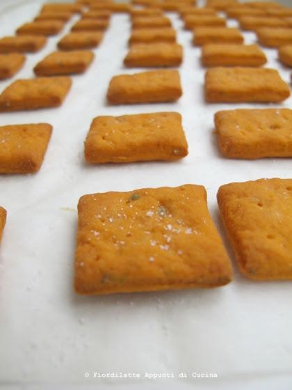 Cracker al pomodoro e origano