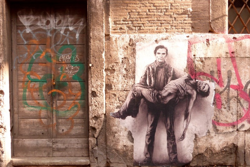 <p>Un mural de Pasolini con su cadáver, dibujado en las calles de Roma.</p>